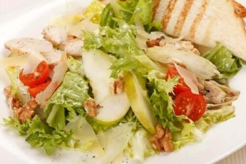 Ein Caesar-Salat mit Apfelscheiben.