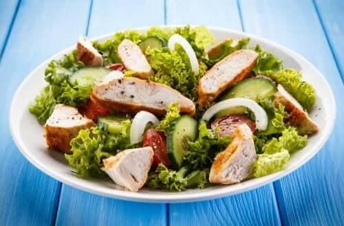 Ein Caesar-Salat mit Hühnchen.