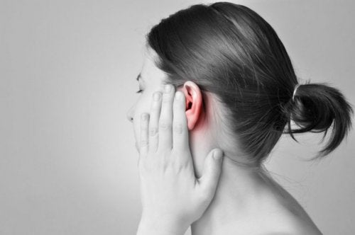 Frau hat Ohrenschmerzen