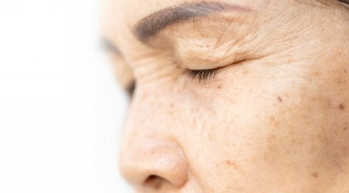 Straffung der Augenlider mit vier Zutaten natürlichen Ursprungs