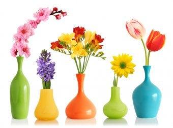 Dekorative Blumenvasen mit Farbspray