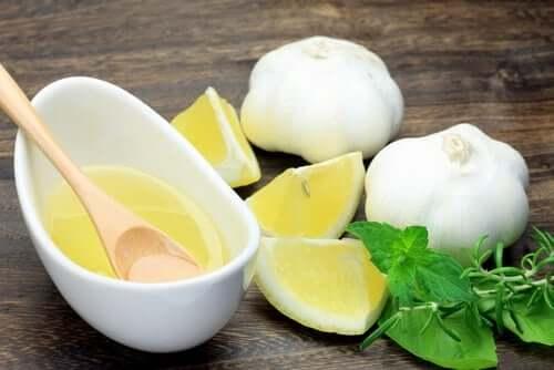 Zitrone mit Knoblauch