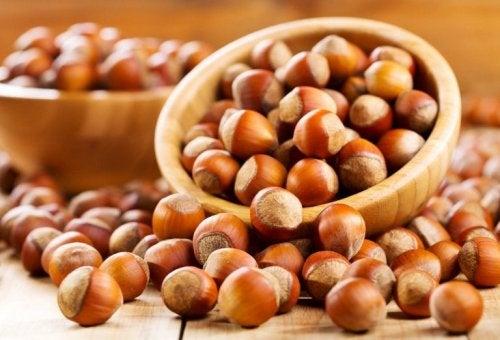 Das Essen von Nüssen und vor allem Haselnüssen kann Herzkrankheiten vorbeugen