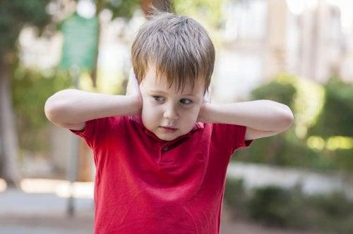 Autismusforschung: Junge hält sch wegen Hypersensibilität die Ohren zu