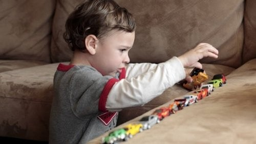 Autismusforschung: Kind spielt mit Autos