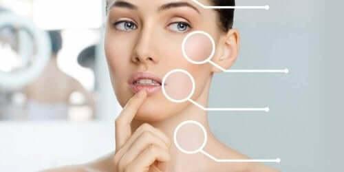 Verschiedene Punkte deuten auf unterschiedliche Punkte im Gesicht und Nacken einer Frau.