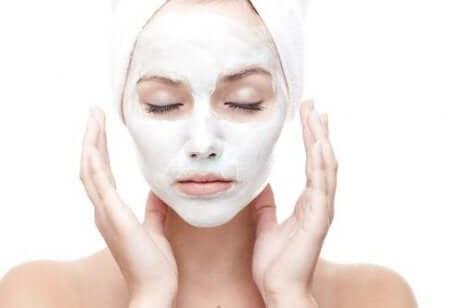 Wie wirken Anti-Falten-Cremes? Eine Frau hat eine Creme auf ihr Gesicht aufgetragen.