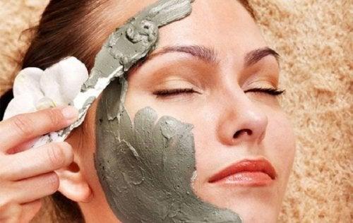 Frau mit Gesichtsmaske aus Tonerde