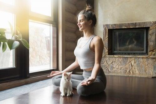 Lumbaler Rückenschmerz: Praktiziere Yoga!