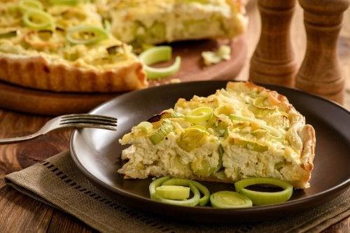 Stück Gemüse-Käse-Quiche auf einem Teller