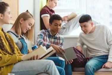 vorpubertäre Kinder beim Lesen