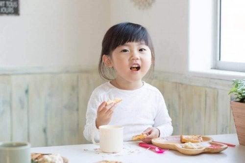 Übergewichtige Kinder: zwei Ernährungsmodelle zum Abnehmen