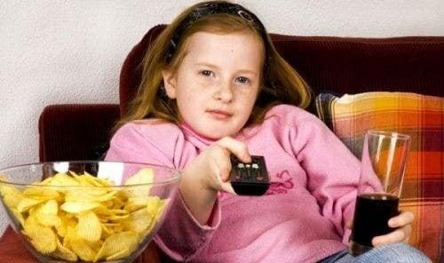 übergewichtige Kinder - Chips