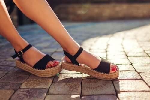 Schweißgeruch in Sandalen: Was tun?