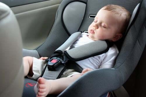 Baby schläft im Autositz
