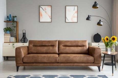 Braunes Sofa mit zwei Bildern an der Wand