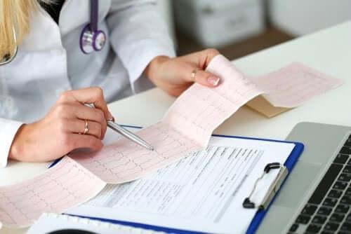 Doktor wertet Elektrokardiogramm aus