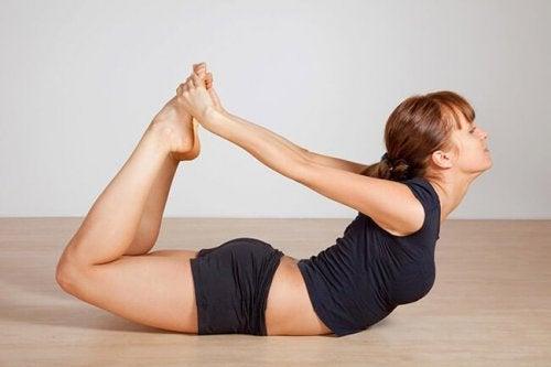 Dhanurasana oder der Bogen für die Bauchmuskulatur