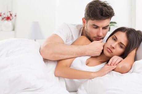 Kein Genuss beim Geschlechtsverkehr: Mann tröstet Frau im Bett