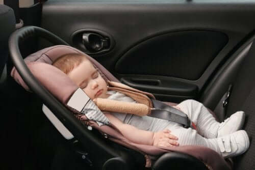 Baby in Autositz