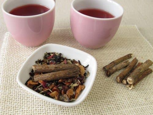 Tee, der aus Süßholz hergestellt wurde und gegen Menstruationsbeschwerden hilft