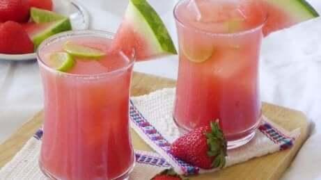 Fruchtwasser mit Wassermelone und Kokoswasser
