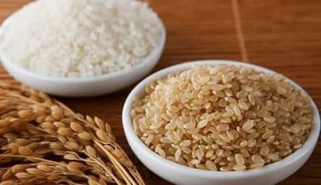 Weißer und brauner Reis