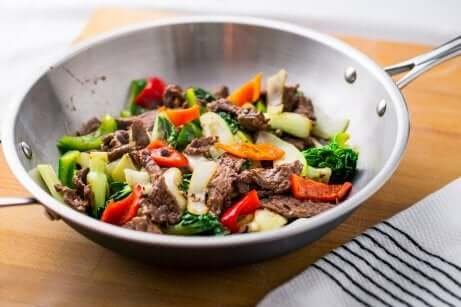 Wok mit Gemüse und Fleisch - Bimbimbap kochen