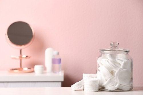 Ordnung im Badezimmer mit Glasbehältern — Besser Gesund Leben