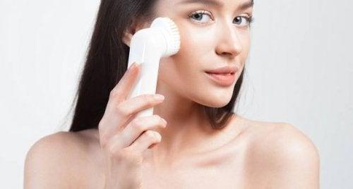 Hilft eine Peeling-Bürste gegen verstopfte Poren?