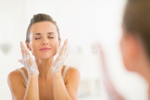 Gesicht reinigen und verstopfte Poren befreien