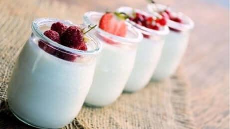 Mit Naturjoghurt Bauchfett loswerden