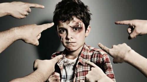 Junge, der unter Mobbing leidet