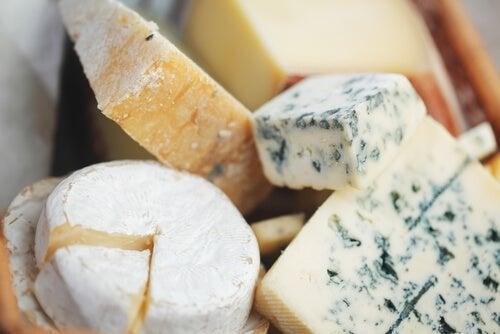 Käse schneiden: runde, kleine und flache Sorten