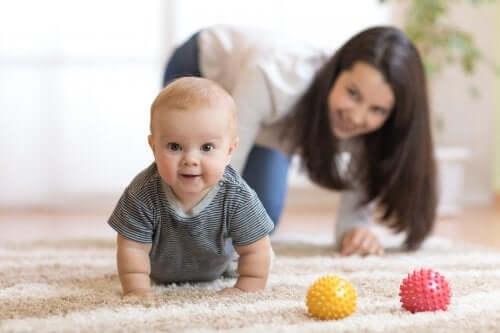 Krabbeln lernen: Motiviere dein Baby mit diesen 5 Tipps!