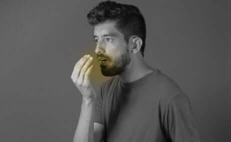 Mann mit schlechtem Mundgeruch