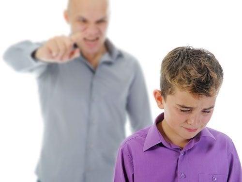 Vater schreit seinen kleinen Sohn an