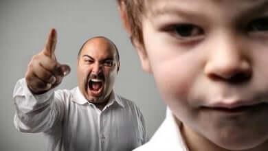 Vater schreit wütend seinen Sohn an