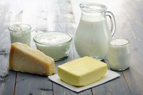 verschiedene Milchprodukte und Vollmilch