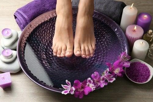 Kneippbehandlung mit kaltem und warmem Wasser gegen brennende und schmerzende Füße