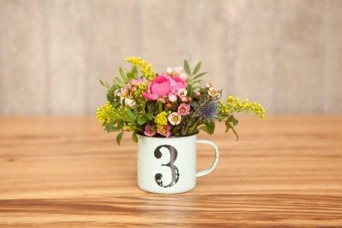 Blumen in der Tasse als Tischdekoration