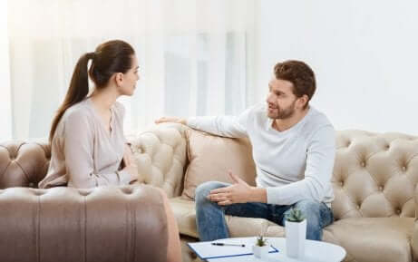 Ein Paar unterhält sich auf dem Sofa