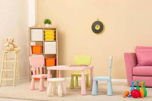 Kinderzimmer mit wenig Möbeln