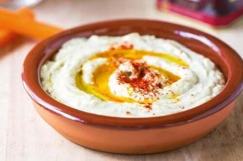 Hummus aus Kichererbsen mit Paprika