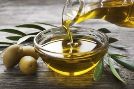 Pflanzliche Produkte mit Omega 3: Leinsamen und Olivenöl