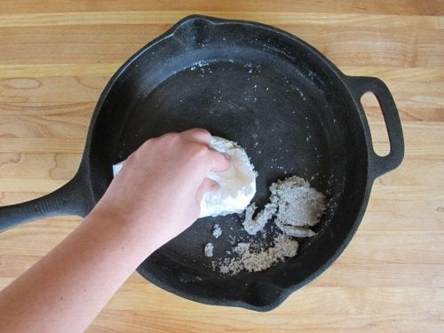 Putzmittel aus Kartoffelschalen und Salz zur Reinigung von Pfannen