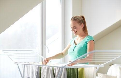 Wenn die Wäsche unangenehm riecht, solltest du sie an der frischen Luft trocknen lassen