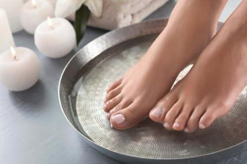 Fußbad für zarte Haut: 4 Möglichkeiten