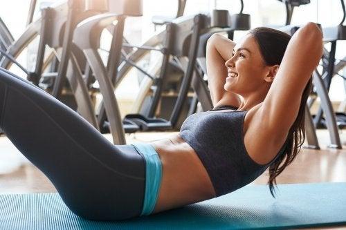 Sit-ups ohne Rückenschmerzen: So geht's!