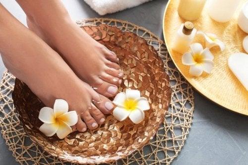 Fußbad mit Essig und Mandelöl für zarte Haut